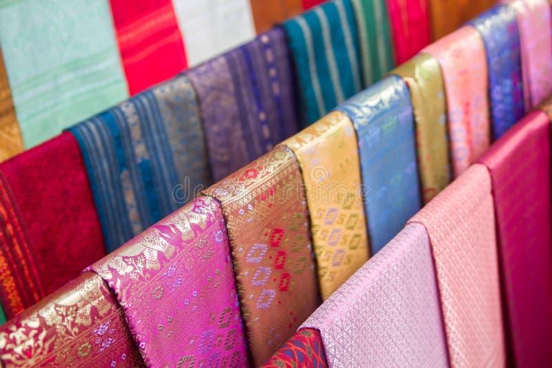 färgrika traditionella laotiska siden- textiler, Luang Prabang, Laos royaltyfria bilder