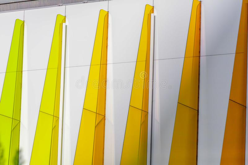 Färgrika trianglar - arkitektonisk detalj royaltyfria foton
