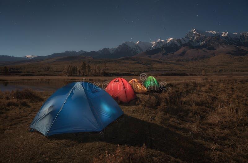 Färgrika turist- tält på bakgrunden av höstberglandskapet royaltyfri fotografi