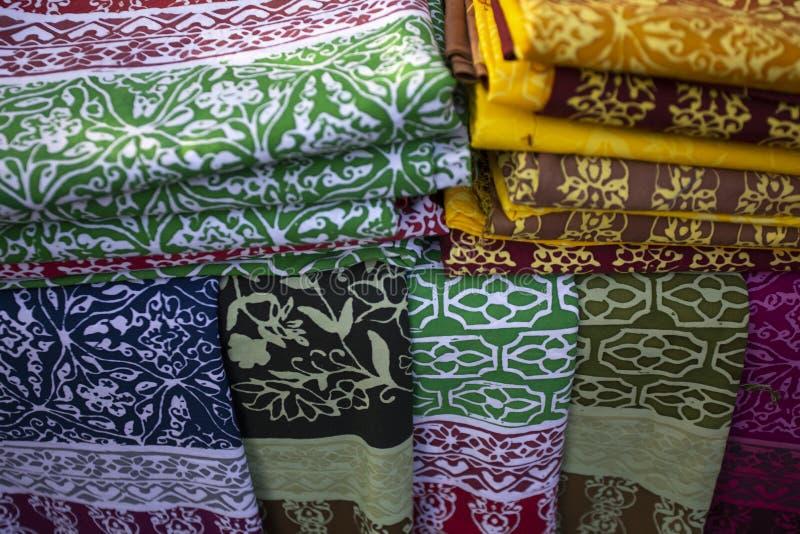 Färgrika tygbomullsrullar uppställda för modesamlingen, begrepp: Bekläda produktbransch för shoppa i marknaden, arkivfoto