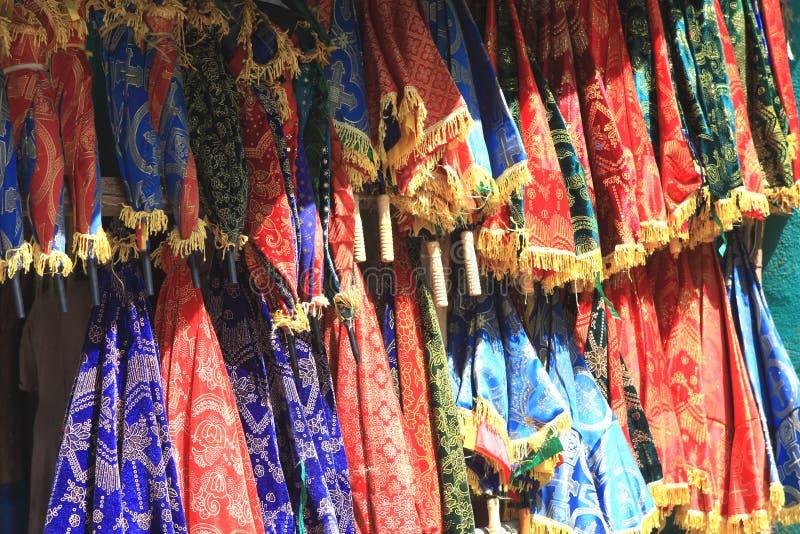 Färgrika tyger i en afrikansk hantverkmarknad, Axum, Etiopien royaltyfria bilder
