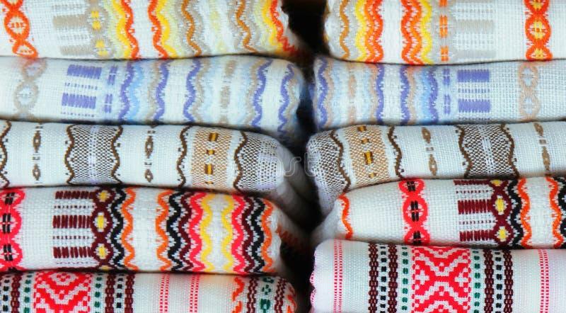 Färgrika tyger med traditionell bulgarisk broderi arkivfoton
