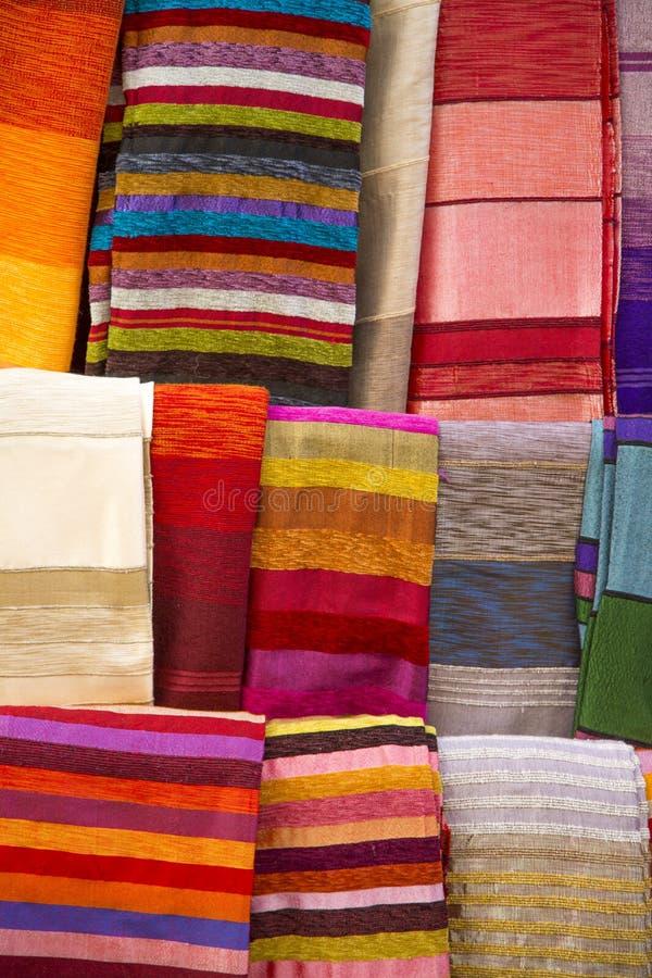 Färgrika tyger på Agadiren marknadsför i Marocko royaltyfria foton