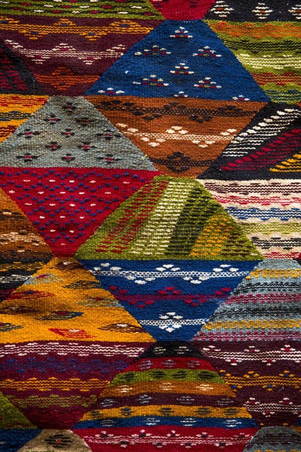 Färgrika tyger på Agadiren marknadsför i Marocko royaltyfria bilder