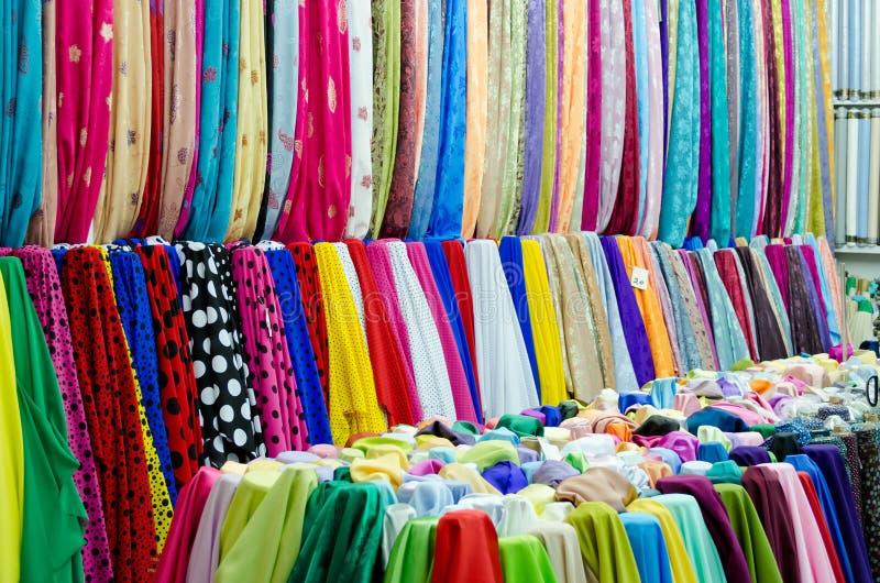 Färgrika tyger på marknaden arkivfoton