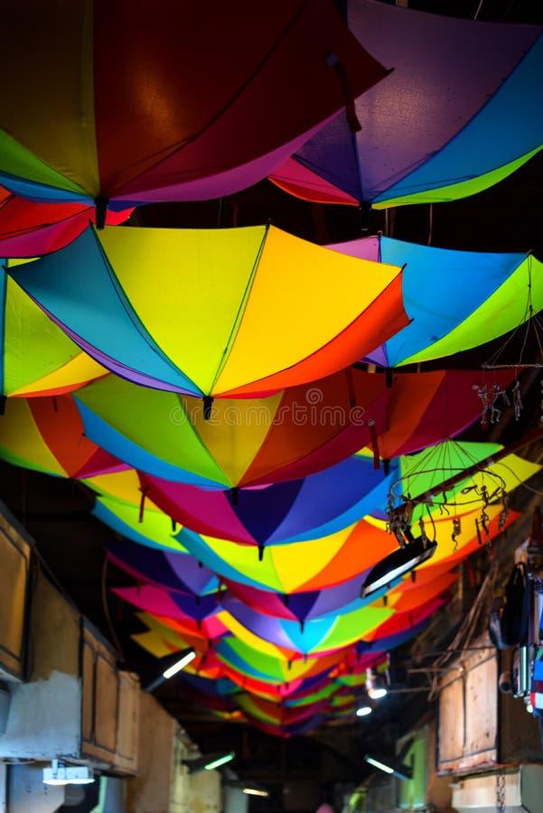 Färgrika upplysta hängande paraplyer i gatan i Istanbul, Turkiet, nattplats royaltyfria bilder