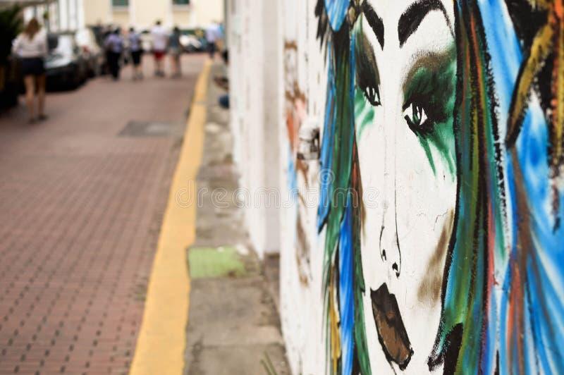 Färgrika väggmålningar i gatorna av det koloniinvånareCasco Viejo området royaltyfri foto