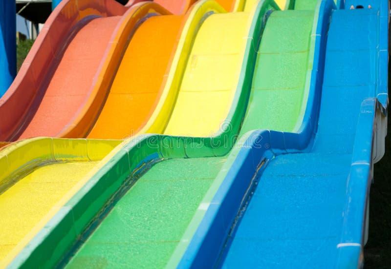 Färgrika vattenglidbanor på aquaparken fotografering för bildbyråer