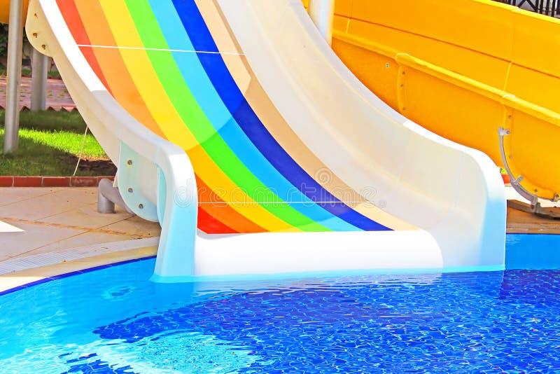Färgrika vattenglidbanor på vattnet parkerar fotografering för bildbyråer