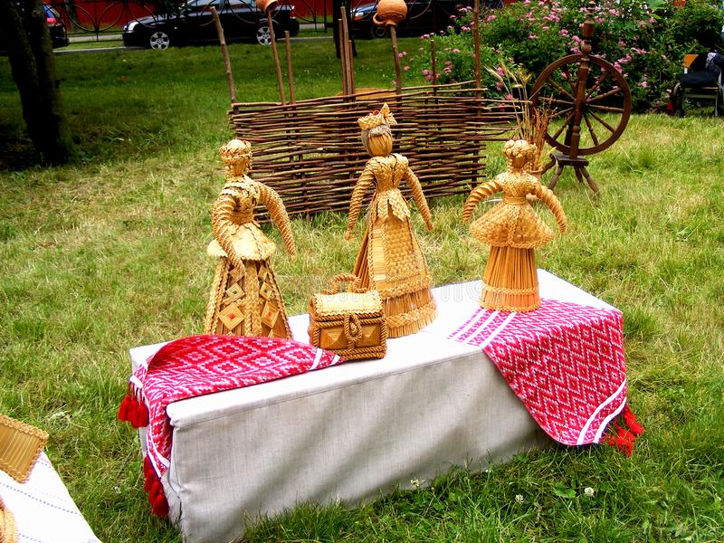 Färgrika vitryska Straw Dolls At The Market arkivfoto