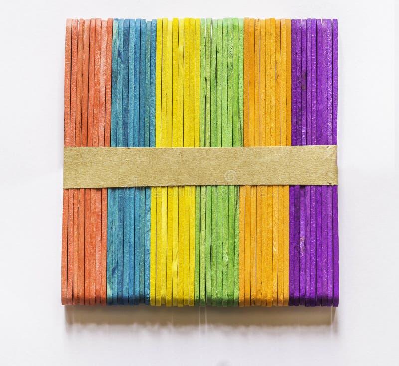 Färgrika wood glasspinnar, bakgrund arkivfoto