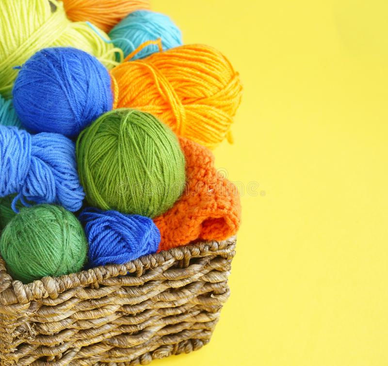 Färgrika woolen garnnystan Garnnystan är i korgen needlework royaltyfria bilder