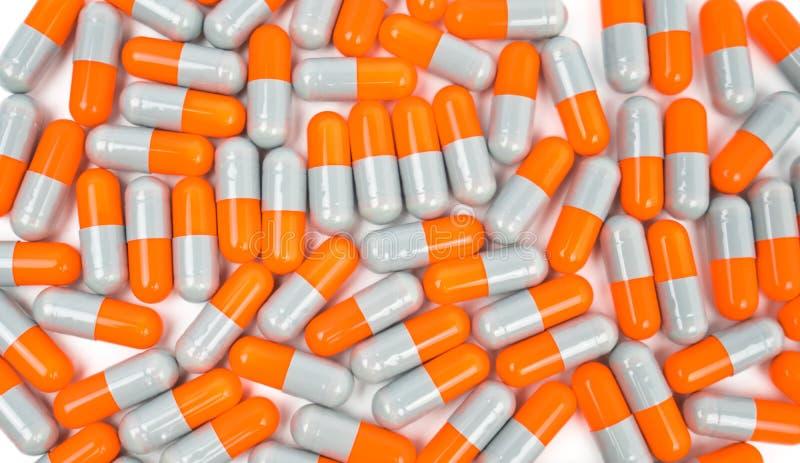 Färgrikt av antibiotikummen capsules preventivpillerar som isoleras på vit bakgrund royaltyfria bilder