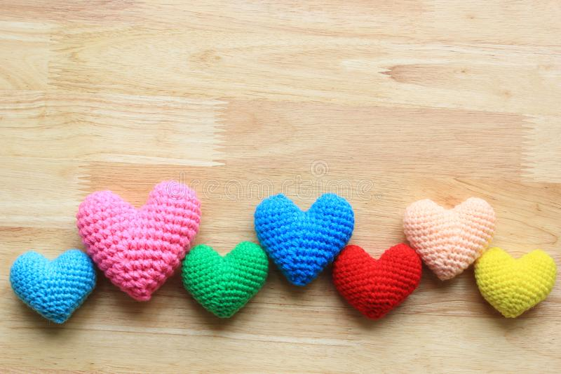 Färgrikt av handgjord virkninghjärta på träbakgrund för valentindag royaltyfri foto