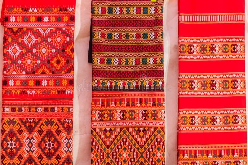 Färgrikt av infött thai stilsilke och textilmodell Beautif arkivbilder