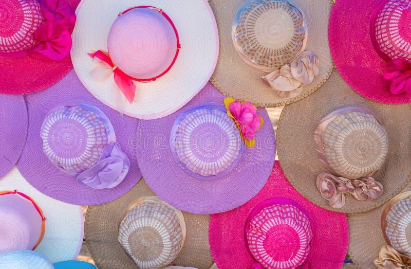 färgrikt av kvinnors sommarhattar i marknad arkivfoto
