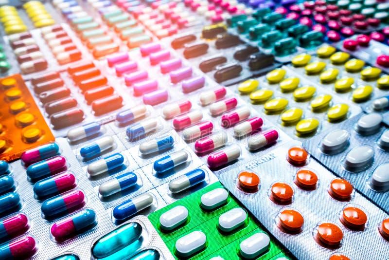 Färgrikt av minnestavlor och kapselpreventivpiller, i att förpacka för blåsa som är ordnat med den härliga modellen Farmaceutisk  arkivbilder