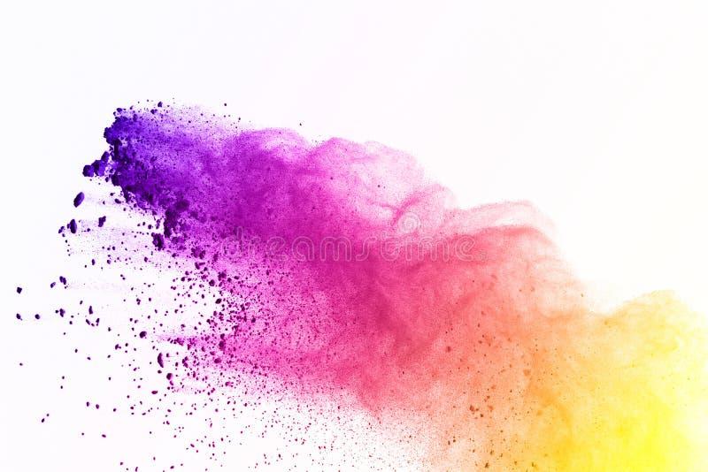 Färgrikt av pulverexplosion på vit bakgrund Gräsplan- och gulingdamm exploderar på isolatbakgrund Målarfärg Holi färgrik oklarhet royaltyfri foto