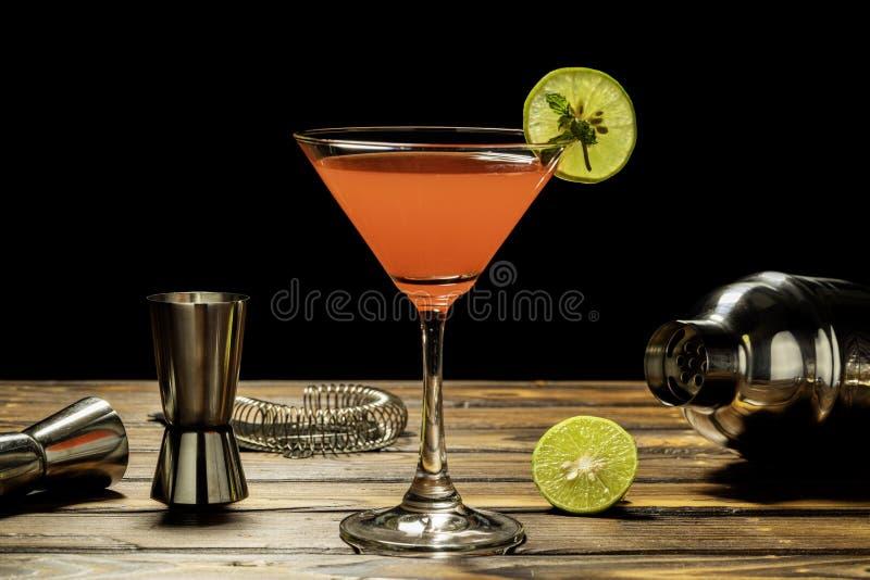 Färgrikt av rött alkoholcoctailrecept arkivfoto