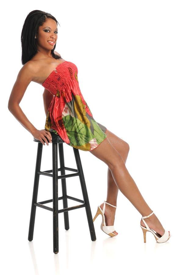 färgrikt barn för klänningståendekvinna fotografering för bildbyråer