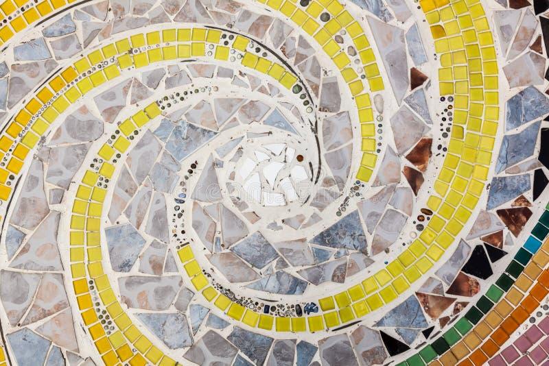 Färgrikt belägga med tegel röra sig i spiral mönstrar bakgrund arkivbilder
