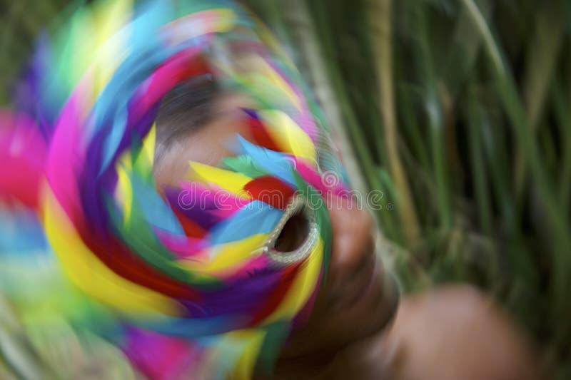 Färgrikt brasilianskt abstrakt begrepp för rörelse för karnevaldjungelberöm arkivfoton