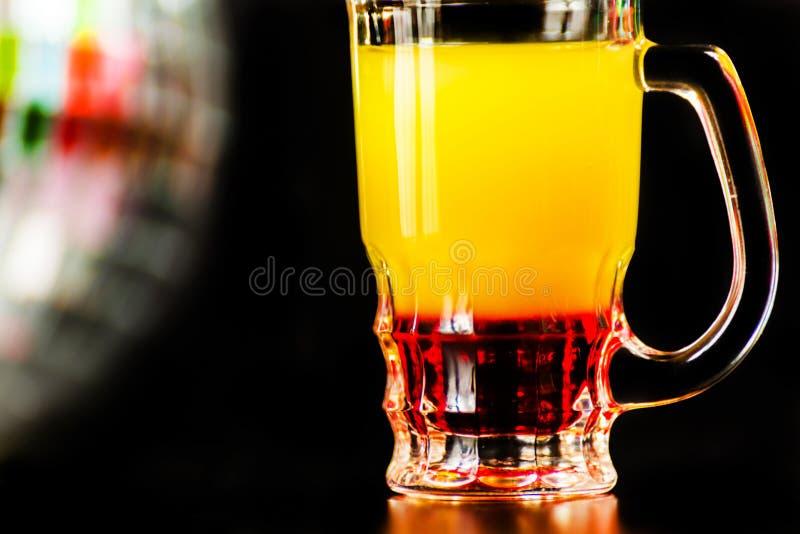Färgrikt drinkskott på bakgrund för diskospegelboll som förnyar royaltyfri foto