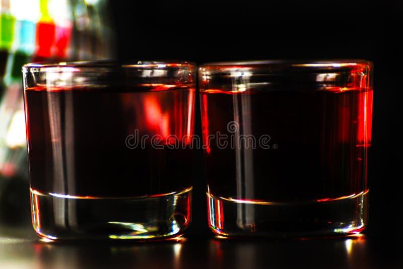 Färgrikt drinkskott på bakgrund för diskospegelboll som förnyar fotografering för bildbyråer