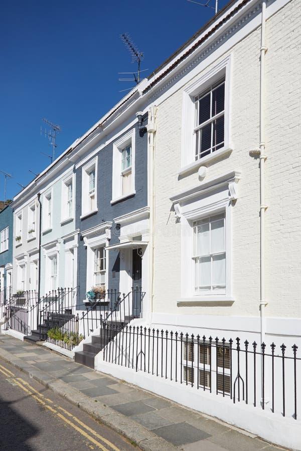 Färgrikt engelska inhyser fasader, blå himmel i London royaltyfri foto