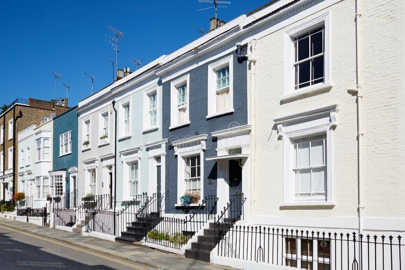 Färgrikt engelska inhyser fasader i en solig dag i London arkivfoton