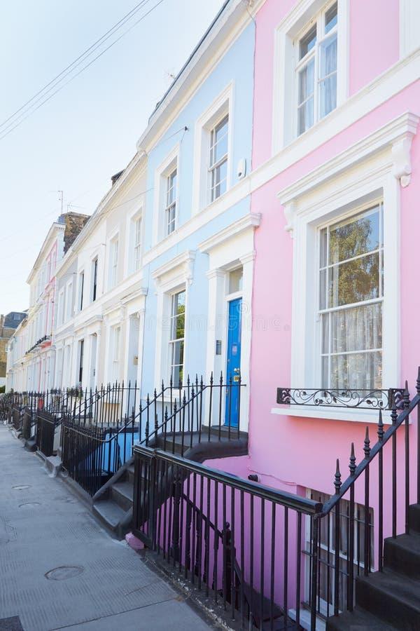 Färgrikt engelska inhyser fasader i London arkivfoto