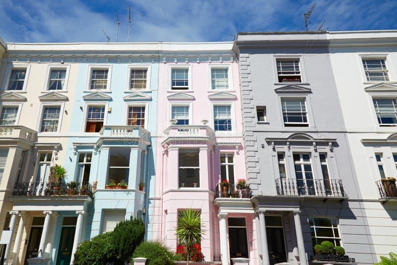Färgrikt engelska inhyser fasader i London, blå himmel royaltyfri bild