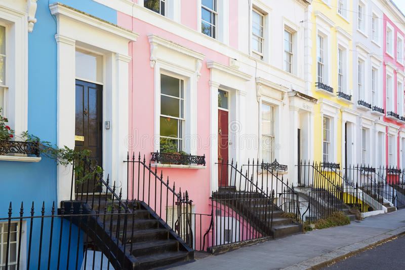 Färgrikt engelska inhyser fasader i rad i London royaltyfria bilder