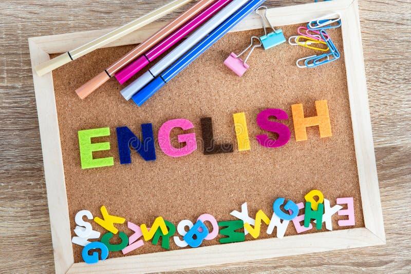 Färgrikt ENGELSKT ordalfabet på en stiftbrädebakgrund, begrepp för lära för engelskt språk fotografering för bildbyråer