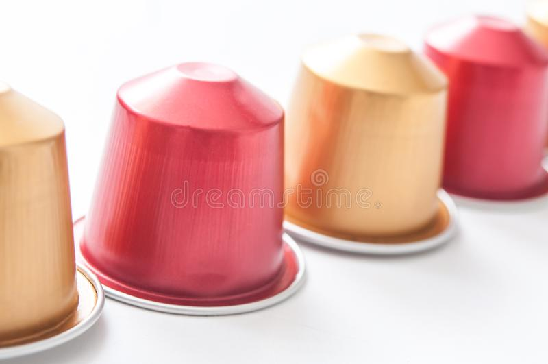 Färgrikt espressokaffe doserar justering med kaffe royaltyfri foto