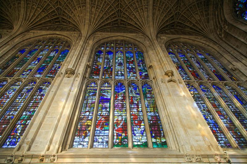 Färgrikt exponeringsglas av kapellet i högskola för konung` s i det Cambridge universitetet royaltyfri fotografi