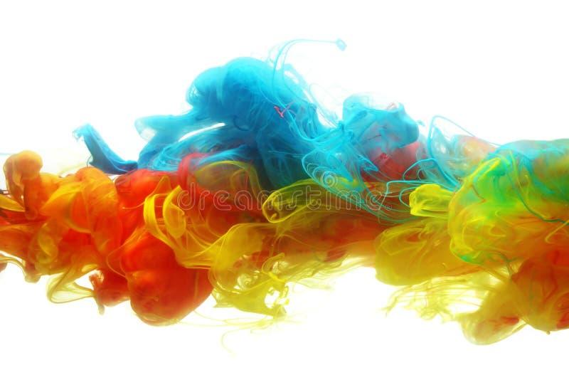 Färgrikt färgpulver i vatten fotografering för bildbyråer