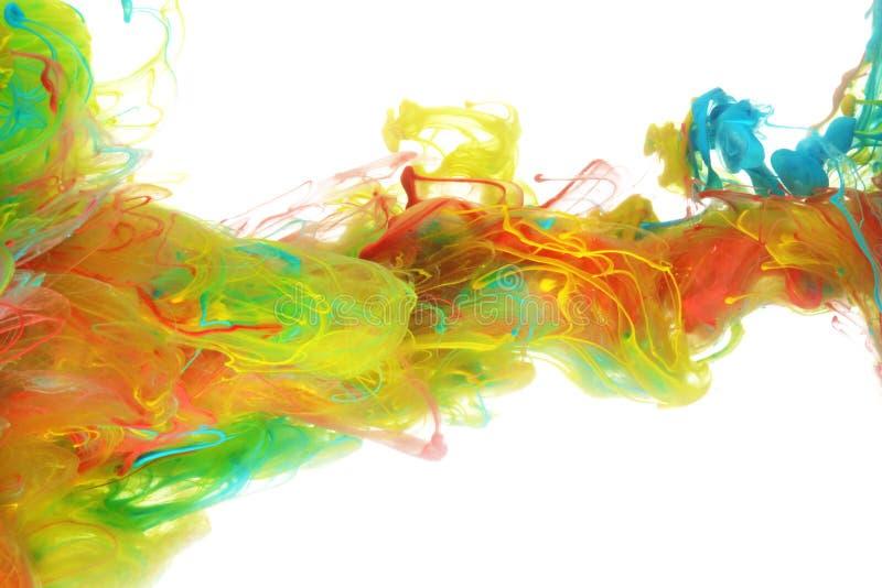 Färgrikt färgpulver i vatten arkivfoton
