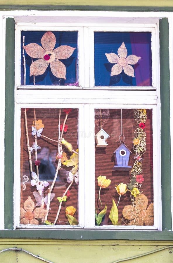 Färgrikt fönster från Rumänien med voljärer royaltyfri foto