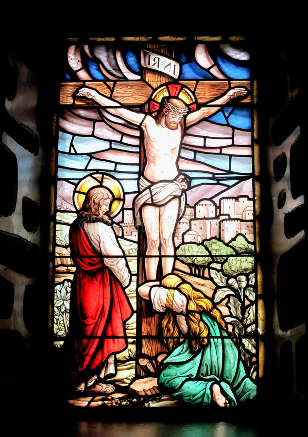 Färgrikt fönster med bilden av den korsfäste Jesus stock illustrationer