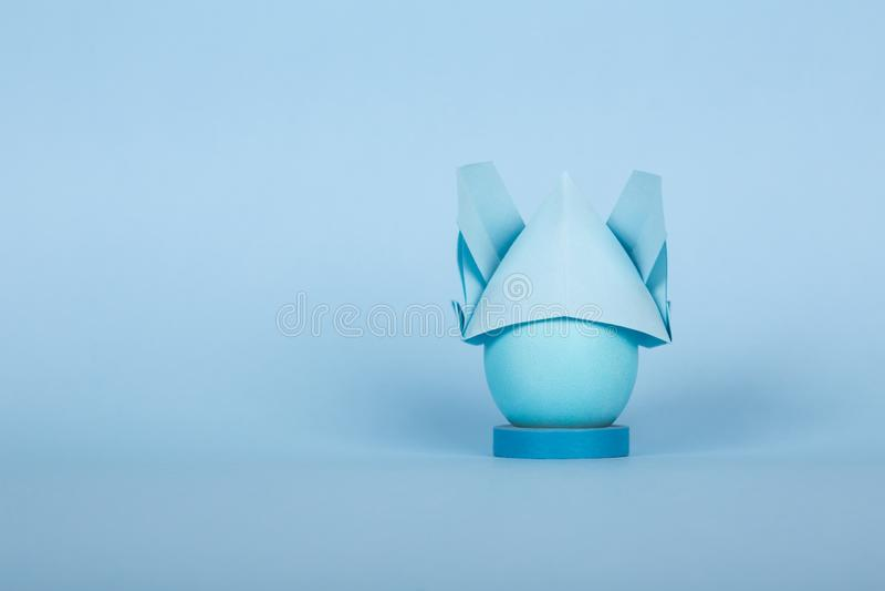 Färgrikt fegt ägg för påskferiebegrepp i en kaninorigamihatt fotografering för bildbyråer
