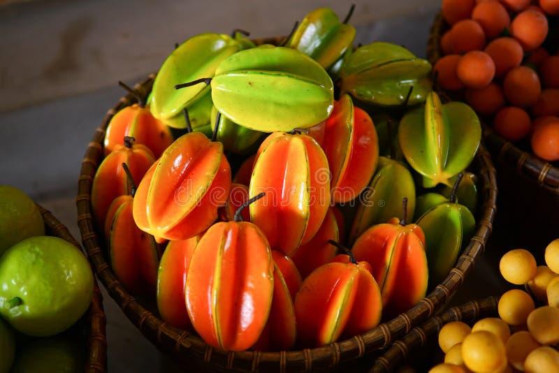 Färgrikt fejka frukt royaltyfri bild