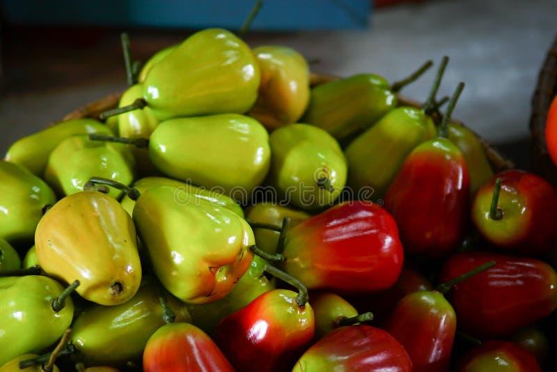 Färgrikt fejka frukt arkivfoto