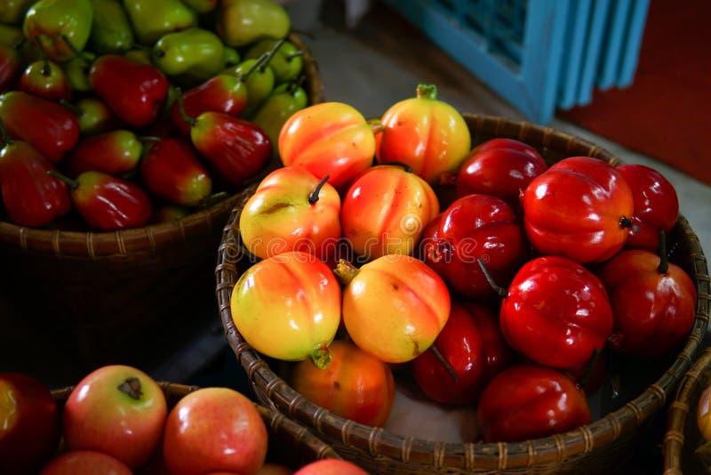 Färgrikt fejka frukt arkivbild