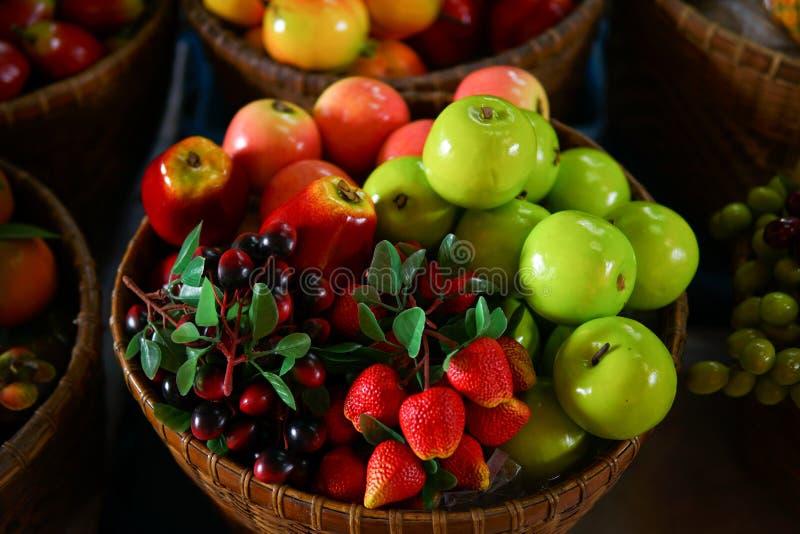 Färgrikt fejka frukt royaltyfri foto