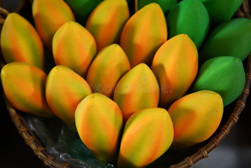 Färgrikt fejka frukt arkivfoton