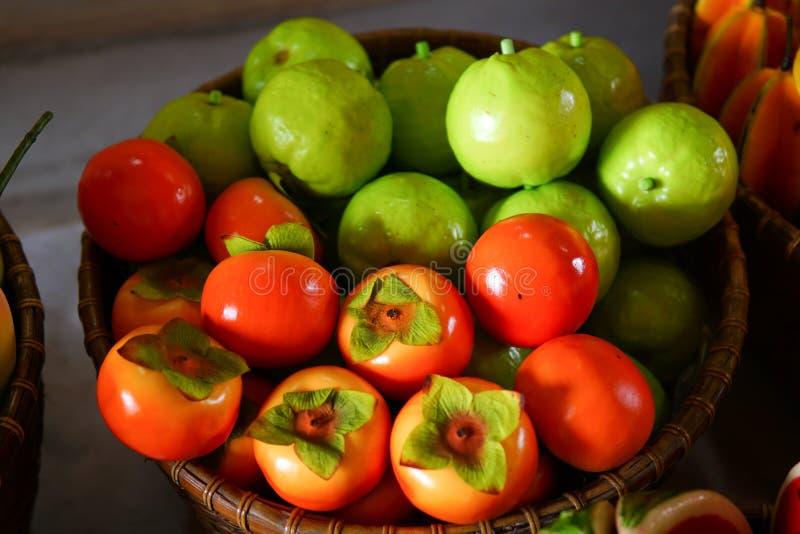 Färgrikt fejka frukt arkivbilder