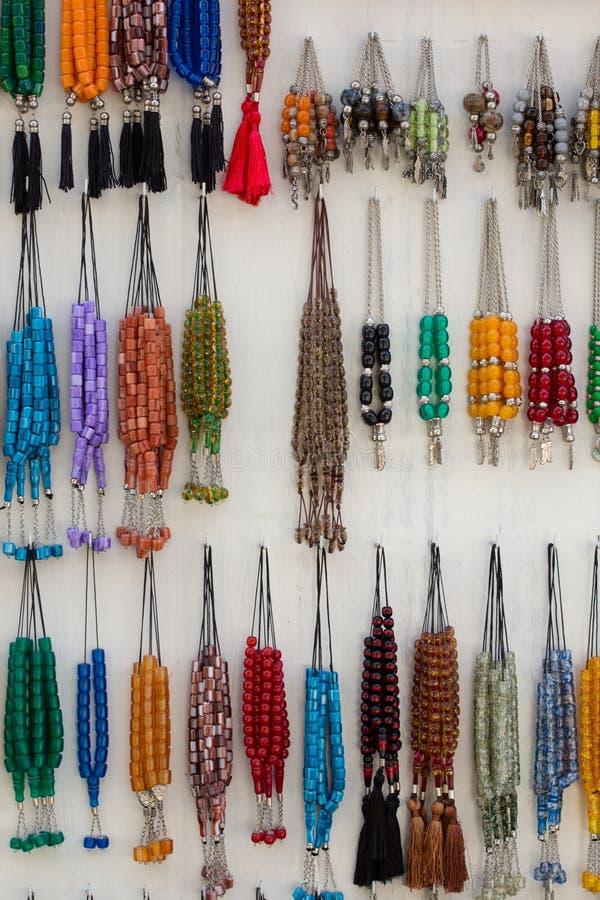 Färgrikt fejka halsband i en lokal shoppar arkivfoto