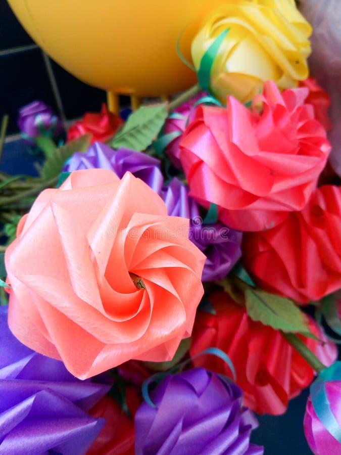 Färgrikt fejka Rose Flowers arkivfoto