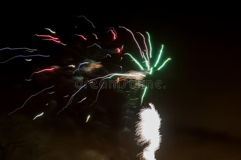 Färgrikt fyrverkeri i natthimlen arkivbild